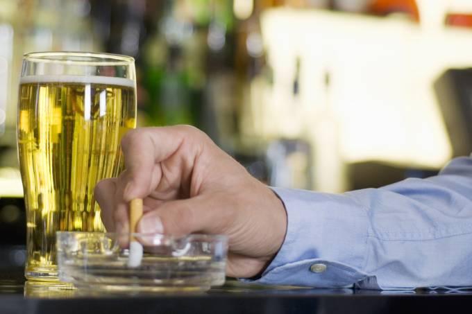 Quem para de fumar também diminui consumo de álcool