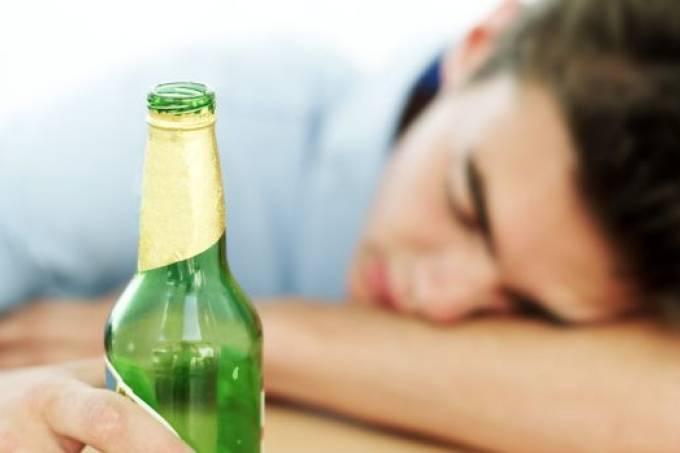 O alto consumo de álcool reduz o tamanho do cérebro? A ciência responde