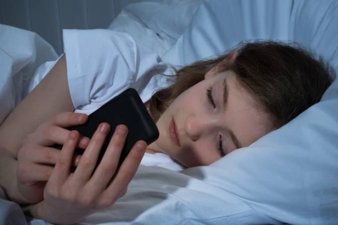 Celular: uso antes de dormir desregula níveis de açúcar no sangue